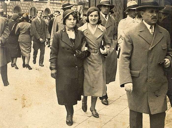 """На прогулянці біля готелю """"Жорж"""". Фото до 1939 року"""