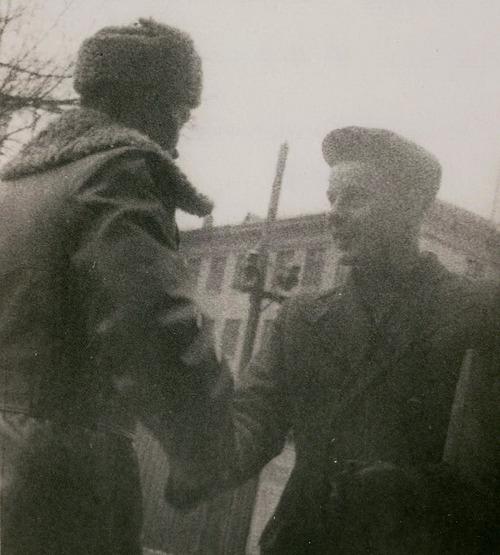 Згодом Сташинського (на фото праворуч) переводять до Києва. Тут його починають готувати до роботи за кордоном. Навчання відбувалося індивідуально на конспіративних квартирах і готельних номерах
