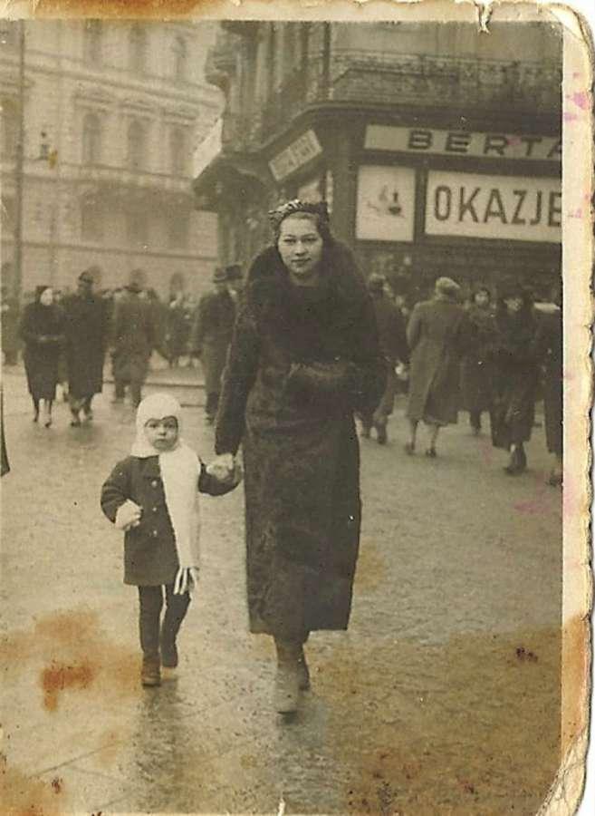 """Сцена біля готелю """"Жорж"""". Фото до 1939 року"""