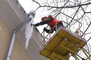 Львів'ян закликають бути обачними: падають бурульки та сніг з дахів