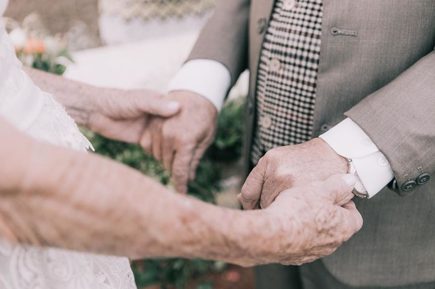 Пара влаштувала весільну фотосесію після 60 років спільного життя