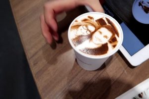 У Львові відкрилася кав'ярня, де друкують селфі на каві