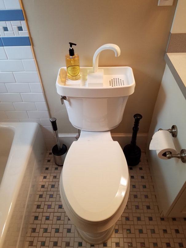 1. Миєш руки і повторно використовуєш воду для зливу.