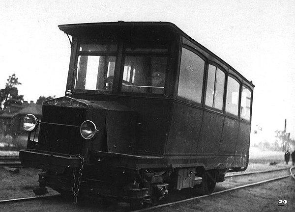 Київський бензотрамвай - теж по суті автомотриса. Розгалужена мережа трамваїв із двигунами внутрішнього згорання існувала на Лівому березі з 1911 до 1934 рік, поки її не електрифікували