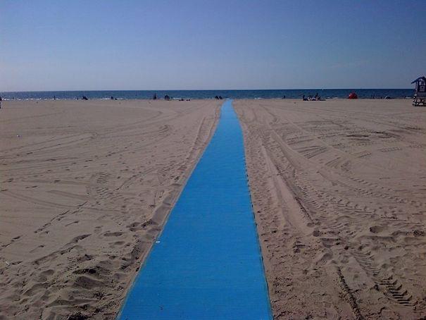 6. Доріжка на пляжі для інвалідних крісел і колясок.