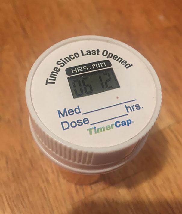 9. Кришка з таймером на баночці для таблеток повідомляє, скільки часу пройшло з останнього відкриття.
