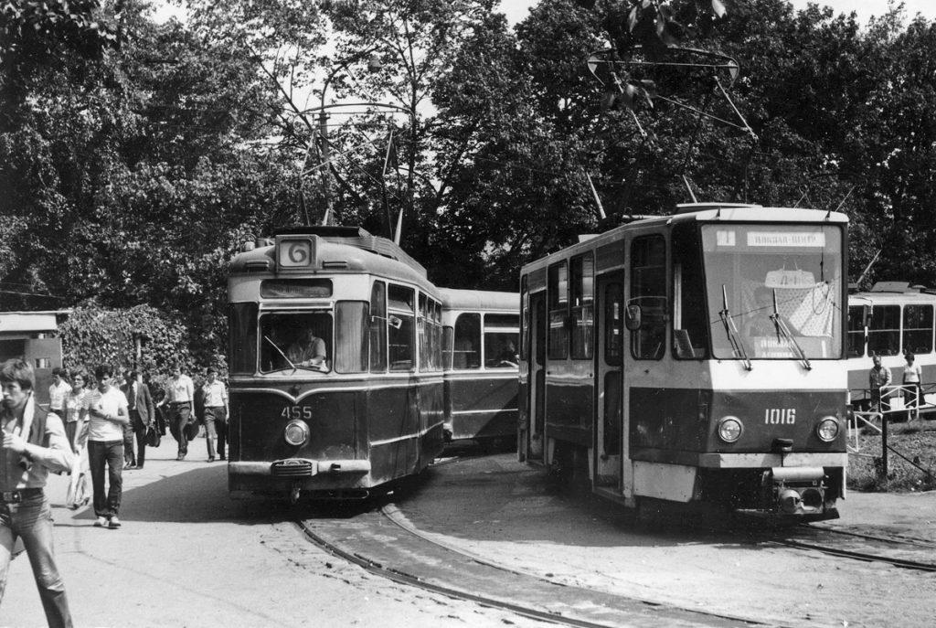 Кінцева біля вокзалу була у 1982 році значно зеленішою, ніж тепер.