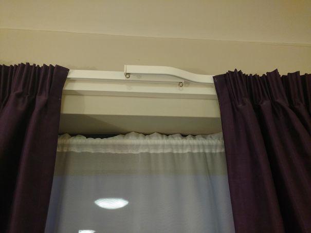 10. Карнизи для штор в готелі влаштовані так, щоб між ними не було щілини.