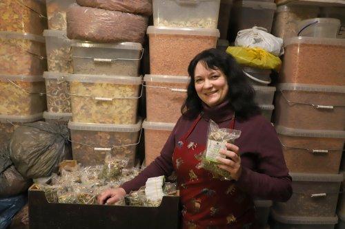Наталя Гнатів показує чаї, виготовлені волонтерами