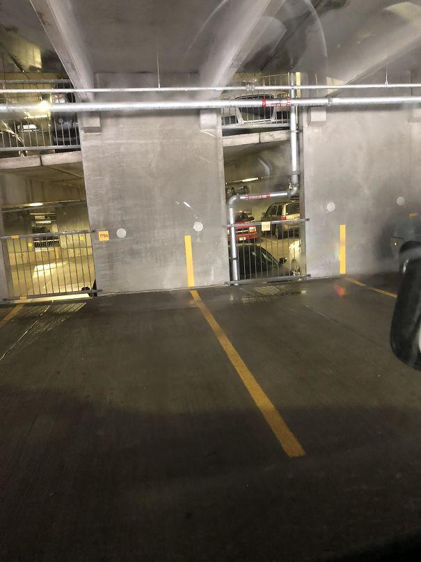 18. Лінії розмітки продовжують на стіні, щоб було зручніше паркуватися.