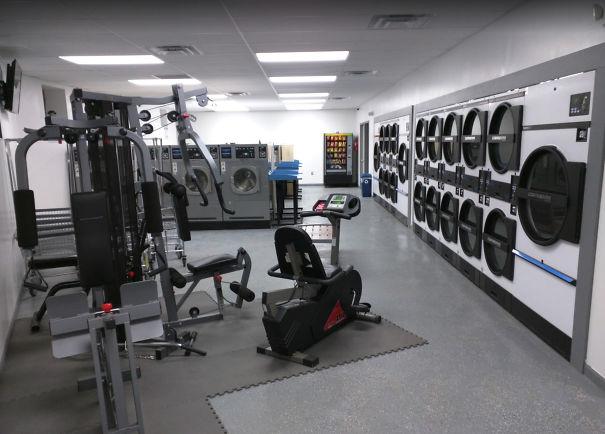 21. В пральні встановлені тренажери, щоб було чим зайнятися, поки речі перуться.
