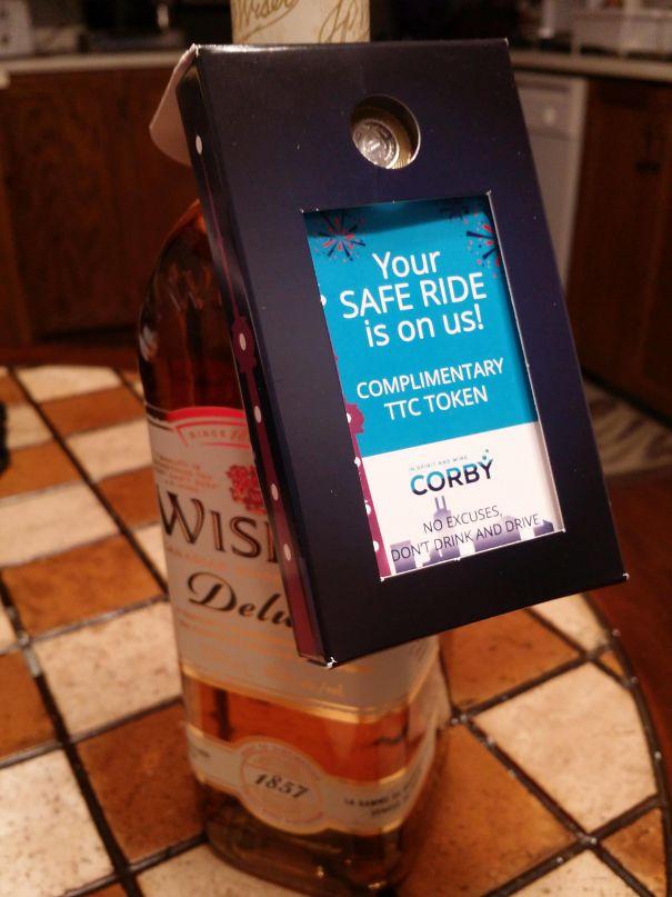 23. До цієї пляшки канадського віскі додається безкоштовна поїздка в громадському транспорті.