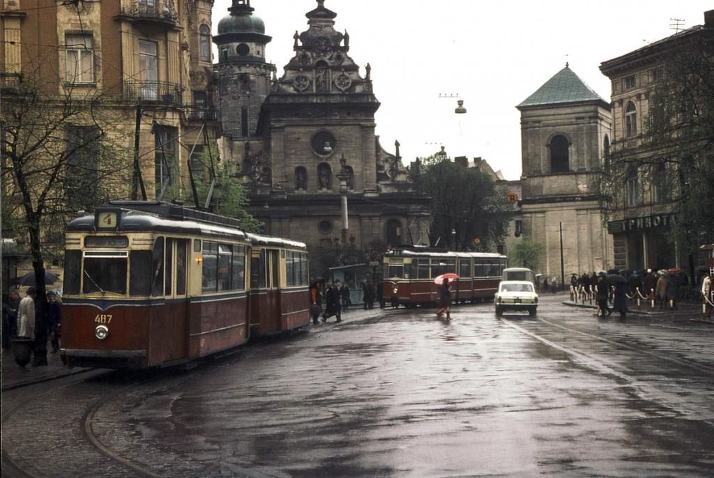 Трамвайна кінцева на площі Галицькій, звідки її згодом перемістили на Соборну. 1970 рік.