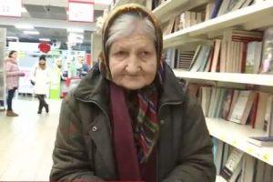 Ким виявилася бабуся, яка приходить в київський супермаркет читати книги (відео)