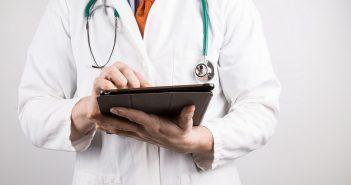 лікар з планшетом