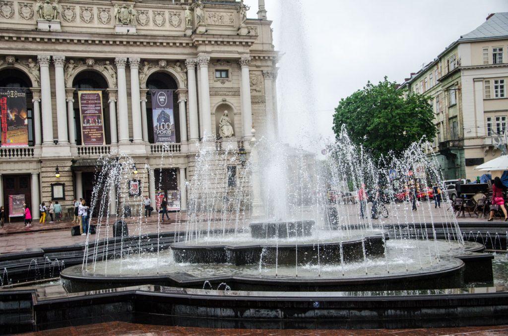 Теперішній фонтан перед Оперним