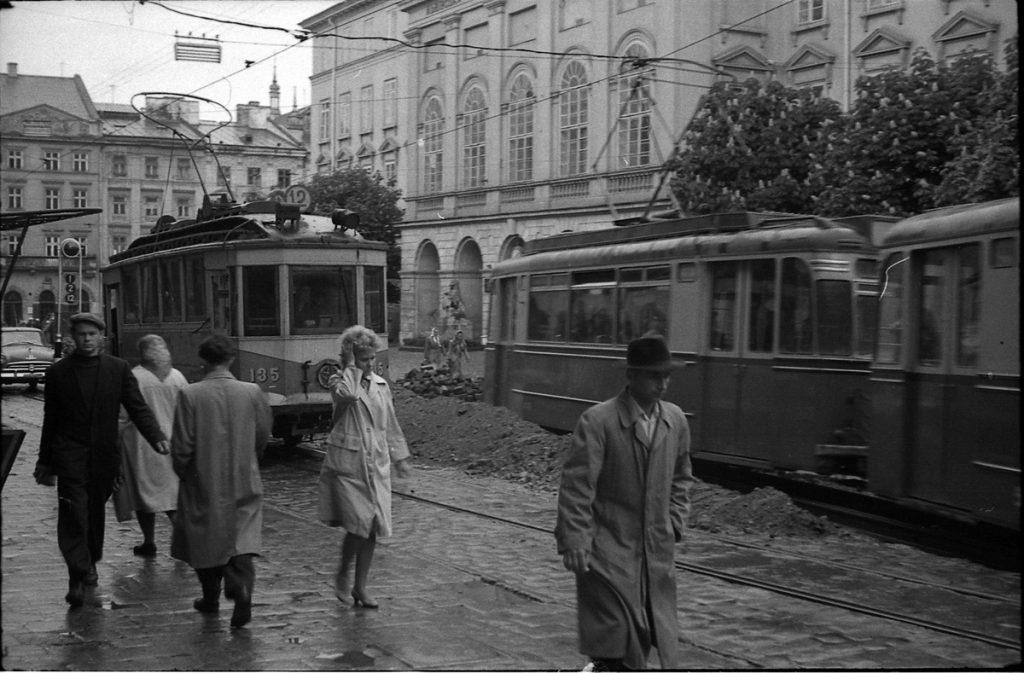 1964 рік – щось ремонтують на площі Ринок.