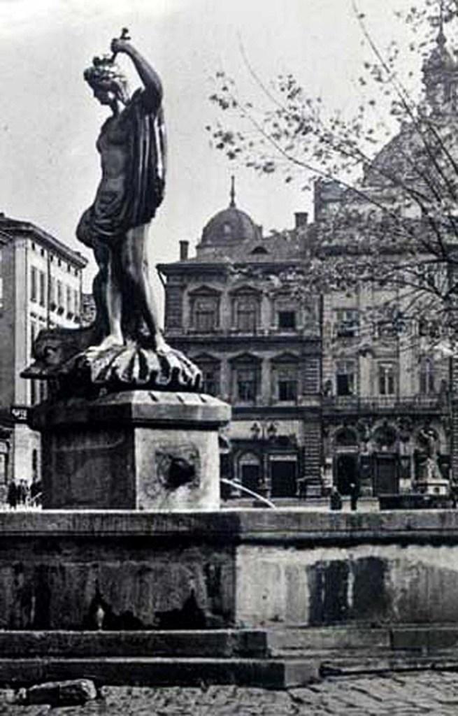 На першому плані – фонтан «Амфітріта», позаду видно фонтан «Адоніс», 1939 рік
