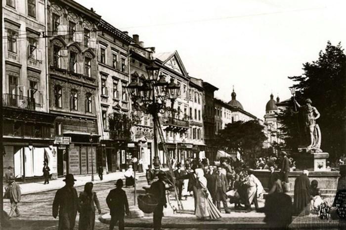 Фонтан «Нептун», розташований на південно-західному куті площі Ринок. Фото 20-х рр. ХХ ст.