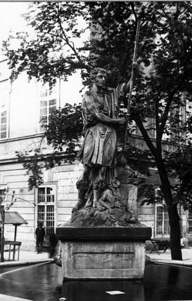 Фонтан «Адоніс», розташований на північно-східному куті площі, 1920-ті.