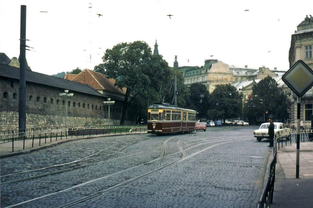 Перехрестя Підвальної та Личаківської у 1978-му. Цікаво та незвично виглядає геометрія трамвайних колій.