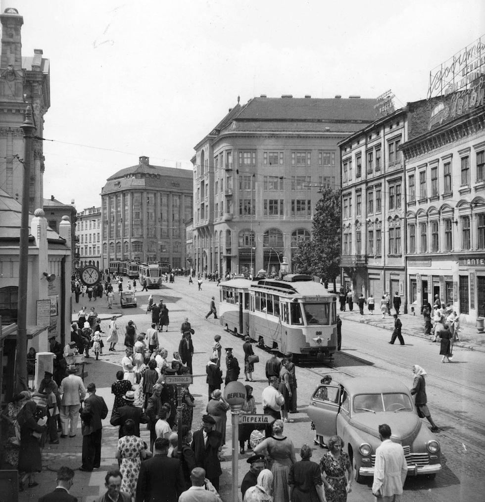 Площа Торгова, 1960-ті роки. Тішать око милі деталі типу знаків зупинок і переходів та вуличний годинник на стовпі.