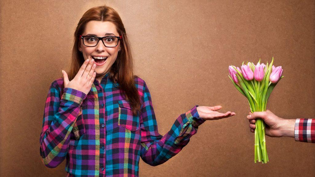 жінка квіти подарунок 8 березня