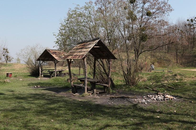 Облаштовані для відпочинку біля вогню місця у парку «Знесіння» (Фото - Павла Паламарчука/ZAXID.NET)