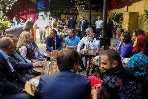 Як Порошенко, Садовий і компанія на площі Ринок каву пили: візит президента у фото