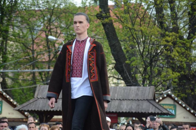 Fashion біля Опери. У Львові відбувся благодійний показ етно-одягу. Фото