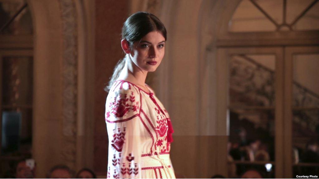 Анна Заячківська під час показу сучасних вишиванок від українських дизайнерів у Вашингтоні, грудень 2016 року