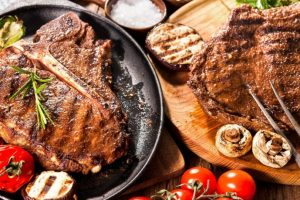 Стейки з мангалиці, безлімітна подача та тортури: ТОП львівських закладів, де готують м'ясо