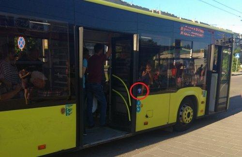 Автобуси, у яких вже працює Wi-Fi, позначають спеціальною наліпкою (фото ZAXID.NET)
