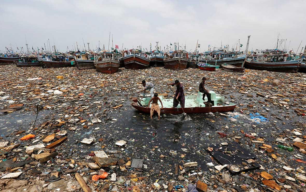 Хлопчики збирають вторинну сировину у водах Рибної бухти, Карачі, Пакистан