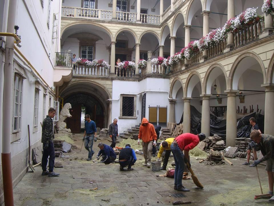 «Ремонтуючи» Італійський дворик у Львові, майстри викинули у сміття унікальні середньовічні обрамлення