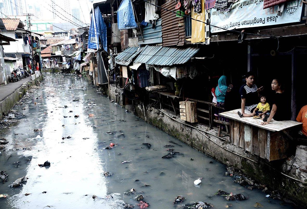 Канал у нетрях Джакарти, Індонезія.