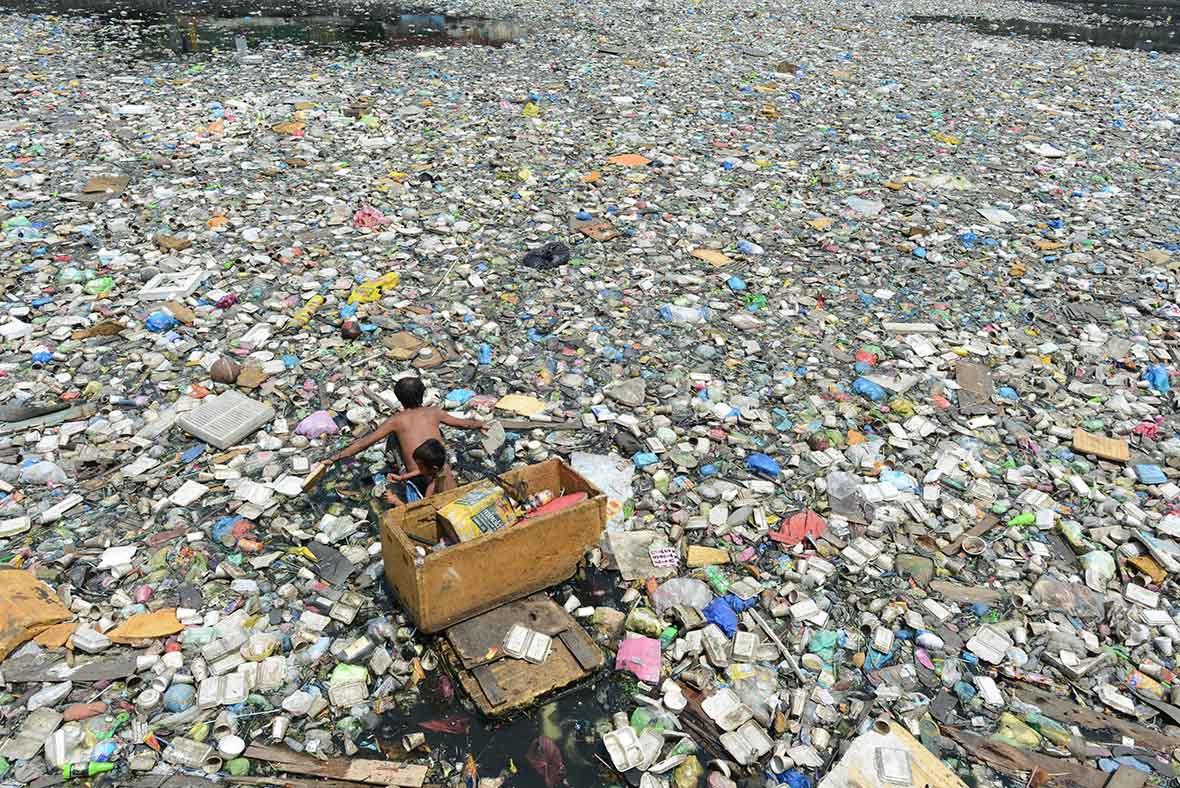 Батько з сином збирають пластикові пляшки для перепродажу, Маніла, Філіппіни