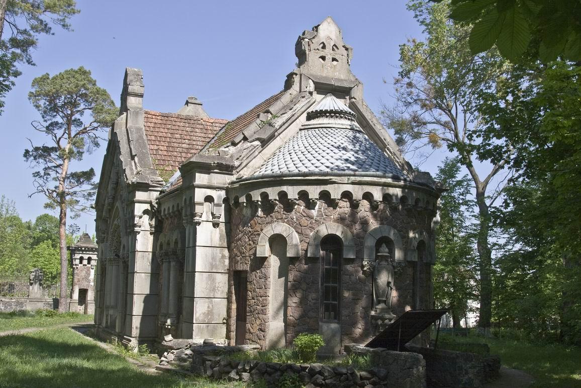 Мавзолей Потоцьких – Свейковських (1904) стилізований під романську архітектуру. Архітектор В. В. Городецький,