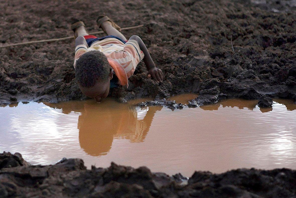 Хлопчик п'є брудну воду із ставка в селі Буле-Дуба, Ефіопія.