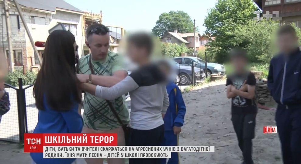 У школі під Львовом двоє братів залякують вчителів, б'ють однокласників та нападають на журналістів, - ВІДЕО