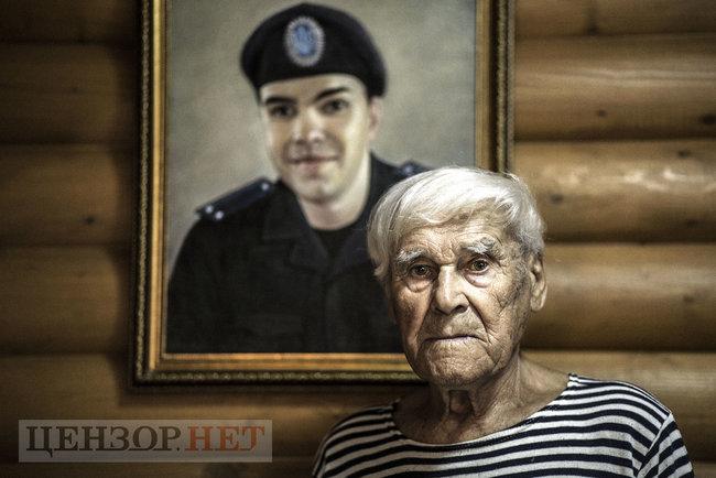 Фото: Іван Залужний на тлі портрета онука