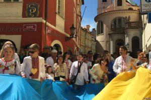 «Вишиванка єднає українців». У Празі влаштували святковий Мегамарш