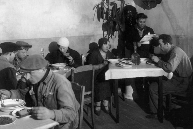 """Обід в їдальні промартелі """"Мінерал"""". 1934 рік"""
