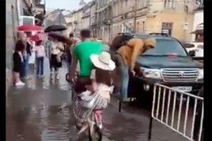 Добро посеред нас: як львів'янин велосипедом перевозив людей через калюжу
