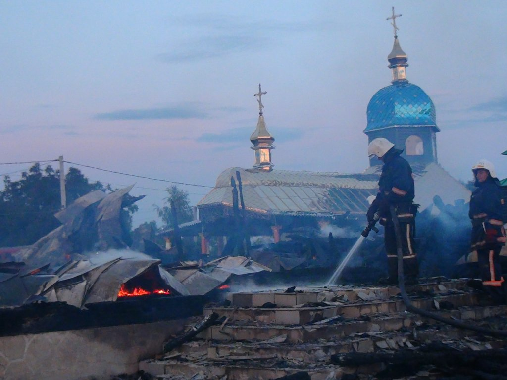Найбільший дерев'яний храм Західної України вщент згорів вночі на Івано-Франківщині