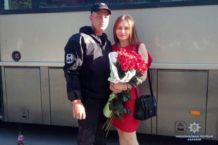 З передової – на весілля: тернопільський поліцейський, щойно повернувшись з Донбасу, освідчився коханій