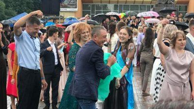 Батьки рівненських випускників влаштували запальні танці в центрі міста (ВІДЕО)