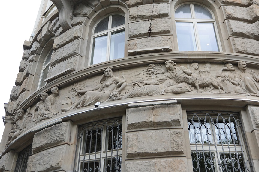 Фасад будинку прикрашають рельєфи скульптора Юліана Белтовського