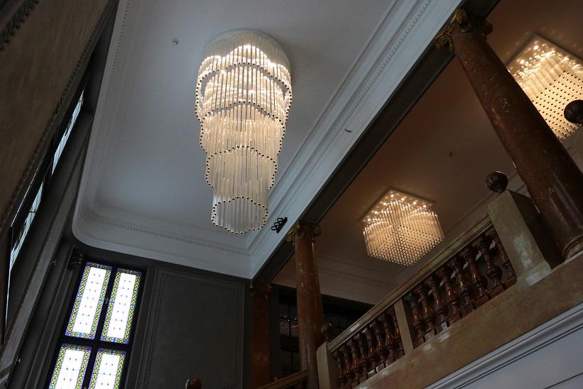 У вестибюлі збереглися цінні вітражі і мармурові сходи