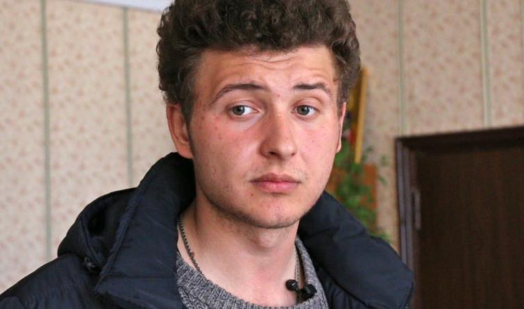 Це Артем Кухаренко. Йому 24 роки, нещодавно закінчив історичний факультет, і він – голова села